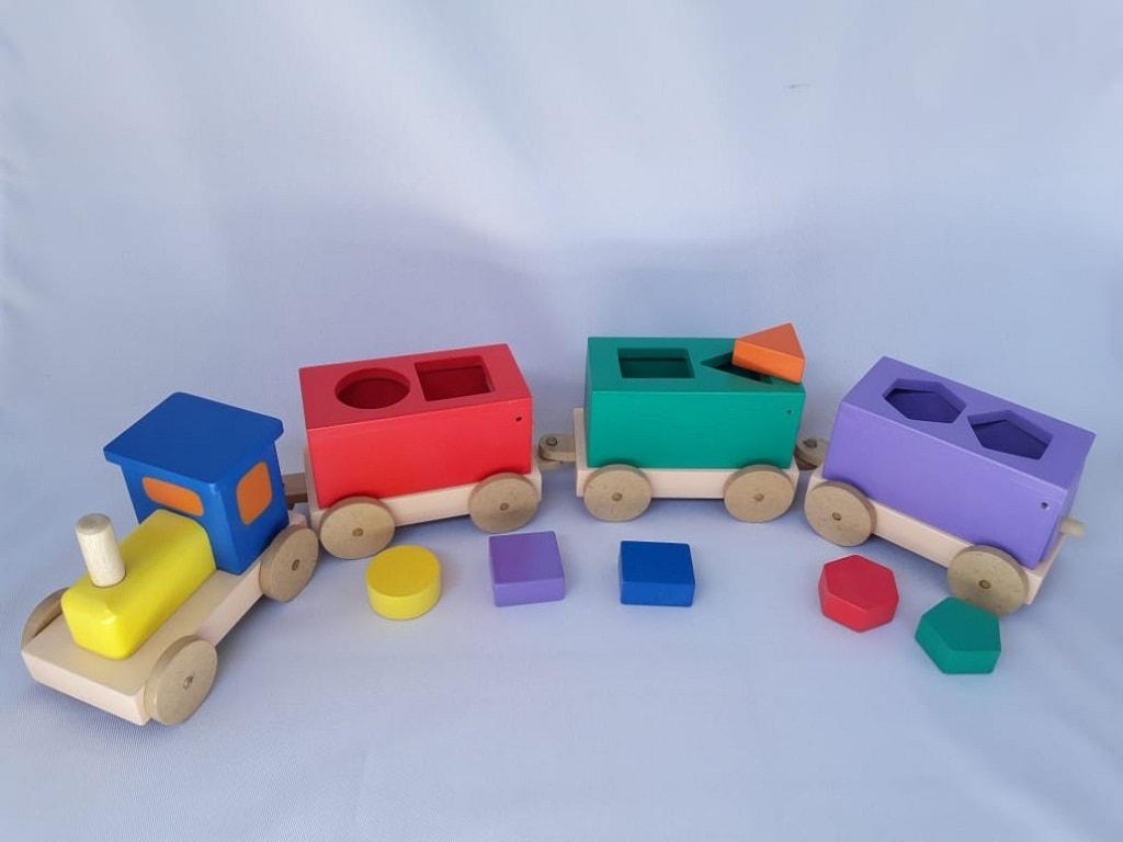 mainan edukasi anak usia 4 tahun kereta sortasi geometri